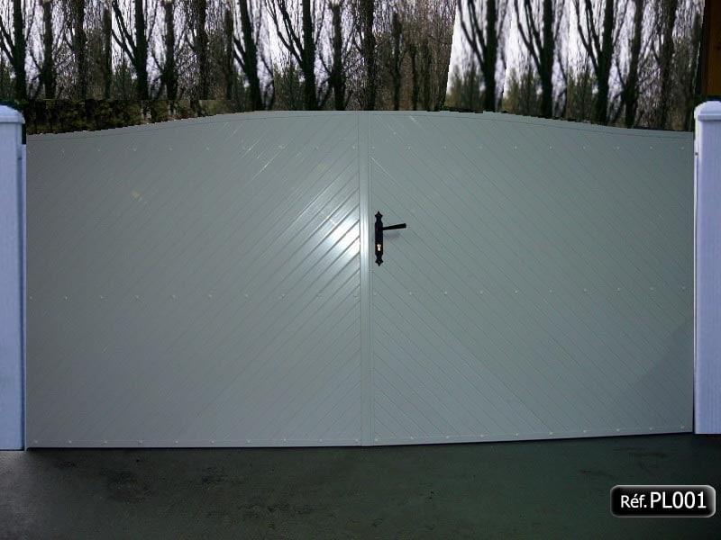 Portail 2 vantaux cadre aluminium PVC occultant à 45°