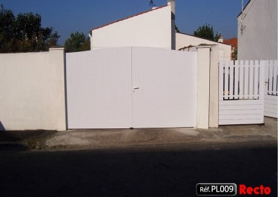 Portail 2 vantaux à la française cadre aluminium et PVC plein occultant