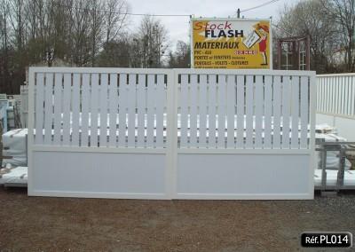 Portail 2 vantaux ouvrant à la française, cadre alu et profilé PVC 2/3 ajouré et 1/3 plein