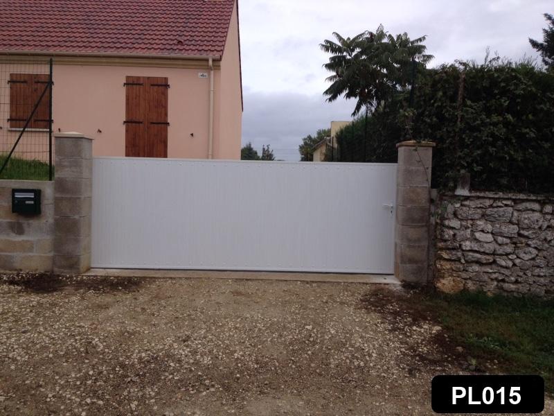 Portail coulissant avec cadre aluminium et PVC occultant