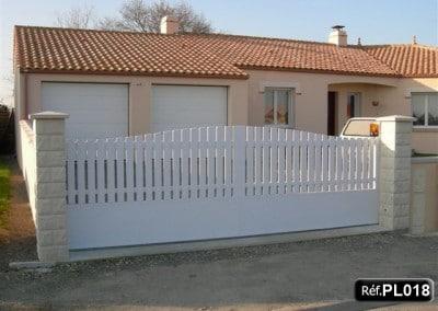 Portails coulissants cadre aluminium PVC occultant bas et haut avec lisse PVC