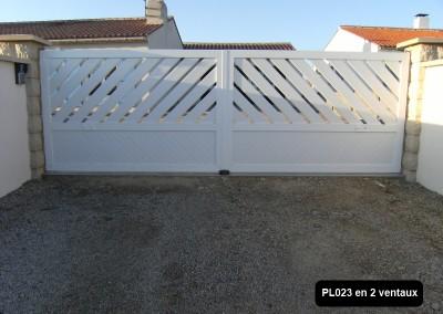 Portail ouvrant à la française 2 vantaux cadre aluminium et profilé PVC intégré