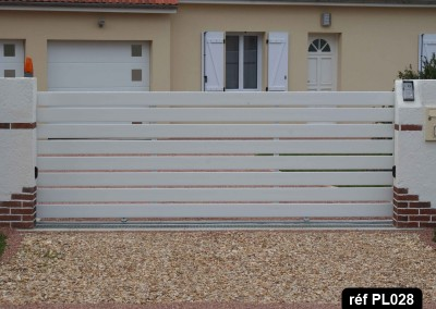 Portail coulissant cadre aluminium et profilé PVC horizontal