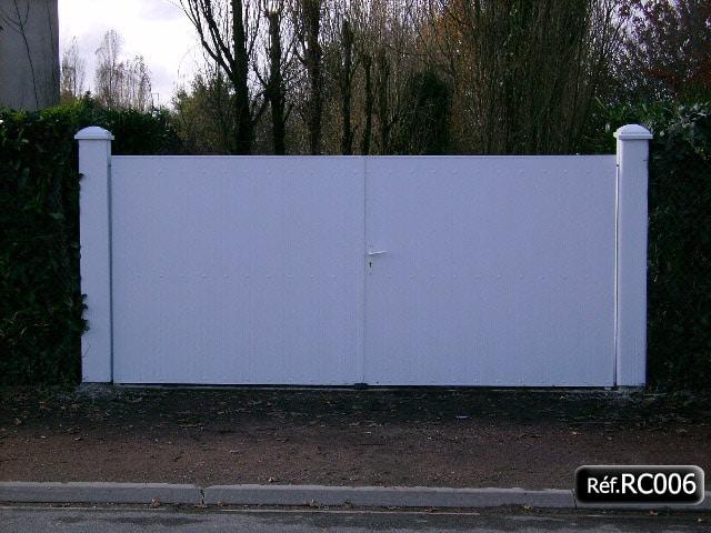 Portail 2 vantaux à la française avec cadre aluminium et lame PVC