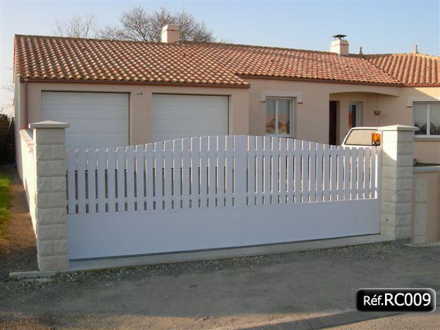 Portail coulissant bas plein et haut ajouré en PVC avec cadre aluminium