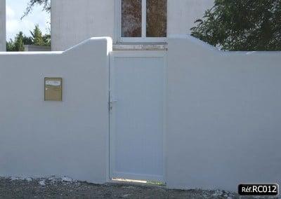 Portail coulissant et portillon assorti avec cadre aluminium et PVC intégré