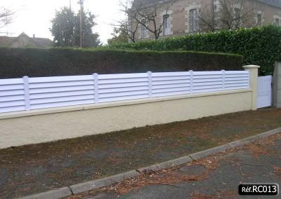 Clôture persienne ou claire voie en PVC blanc à poser sur un mur