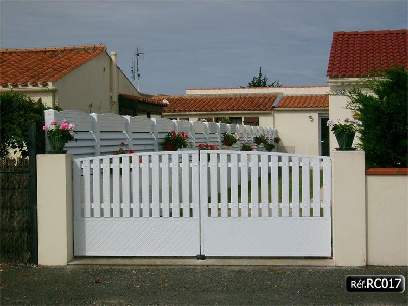 Portail 2 vantaux ouvrant à la française bas plein à 45° et lame PVC en haut