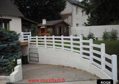Protection descente de garage, poteau PVC et lame PVC horizontale