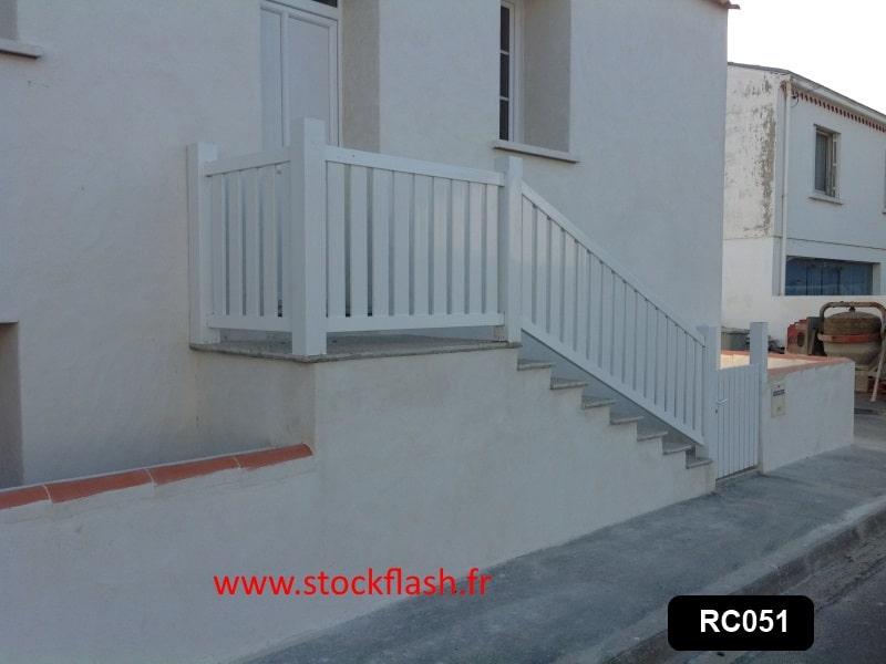 Protection escalier avec poteau pvc rambarde alu et for Barriere de protection pour escalier exterieur