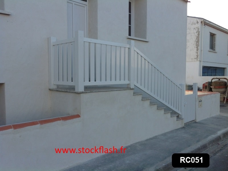 Protection escalier avec poteau PVC, rambarde alu et profilé PVC