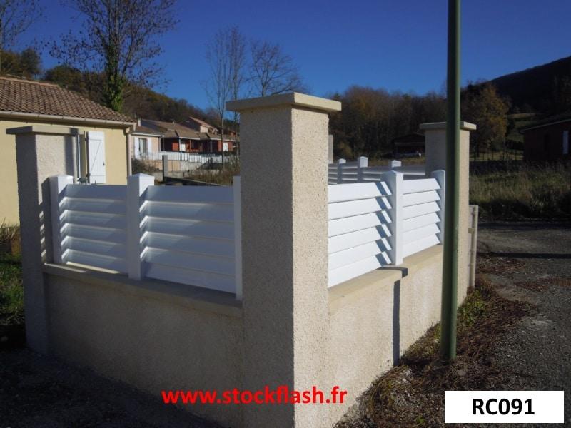 Clôture PVC persienne sur muret, pose poteau avec embase