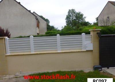Clôture PVC à poser sur un muret en parpaing