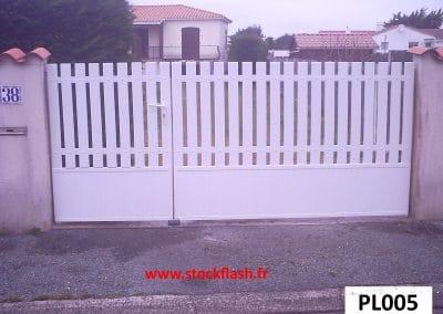 Portail 5 ouvrant deux vantaux cadre alu lame PVC