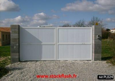 Portail 24 ouvrant deux vantaux lame PVC verticale
