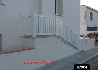 Descente d'escalier extérieur ossature aluminium avec profilé PVC