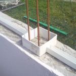 Pose poteau PVC sur un mur