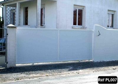 Portail coulissant cadre aluminium et PVC occultant