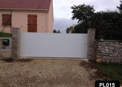 Portail coulissant avec cadre aluminium et PVC plein occultant