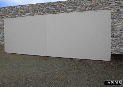 Portail coulissant avec cadre aluminium et PVC à 45° plein occultant