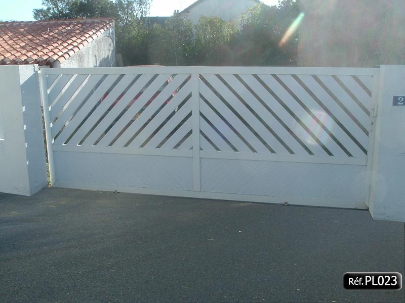 Portail coulissant cadre aluminium et profilé PVC intégré