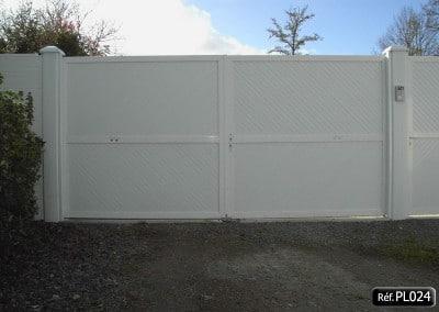 Portail  ouvrant à la française 2 vantaux cadre aluminium et PVC