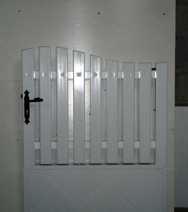 Portillon avec cadre aluminium, panneau occultant et lisse PVC