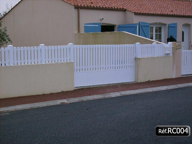 Portail avec cadre aluminium et clôture lisse PVC