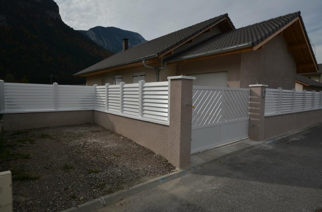 Clôture PVC persienne claire voie et portail coulissant alu et PVC
