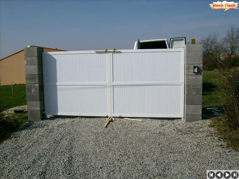 pose d 39 un portail motoris avec cadre aluminium sur poteaux pvc. Black Bedroom Furniture Sets. Home Design Ideas