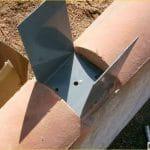 Fixation embase poteau PVC sur muret