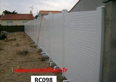 Pose clôture PVC pleine claustra dans le sol