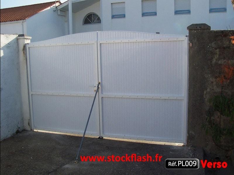 Portail 9 ouvrant deux vantaux cadre alu panneau PVC occultant