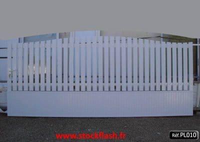 Portail 10 coulissant cadre alu lame PVC et panneau PVC