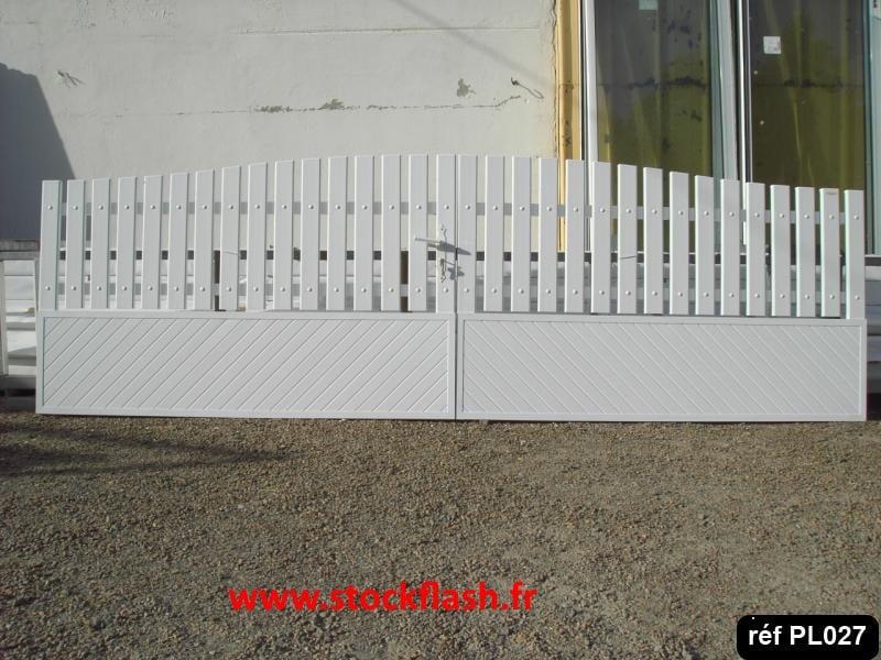 Portail 27 ouvrant deux vantaux cadre alu profilé PVC