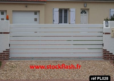 Portail 28 coulissant cadre alu lame PVC horizontale