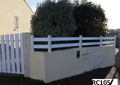 Clôture décorative de jardin sur un mur séparatif de la route